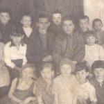 Школьники с учителями в пос. Николаевский завод перед войной