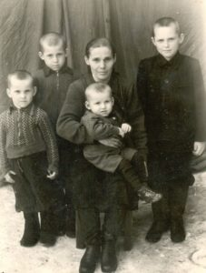 Панова (Куканова) Зинаида Николаевна с сыновьями